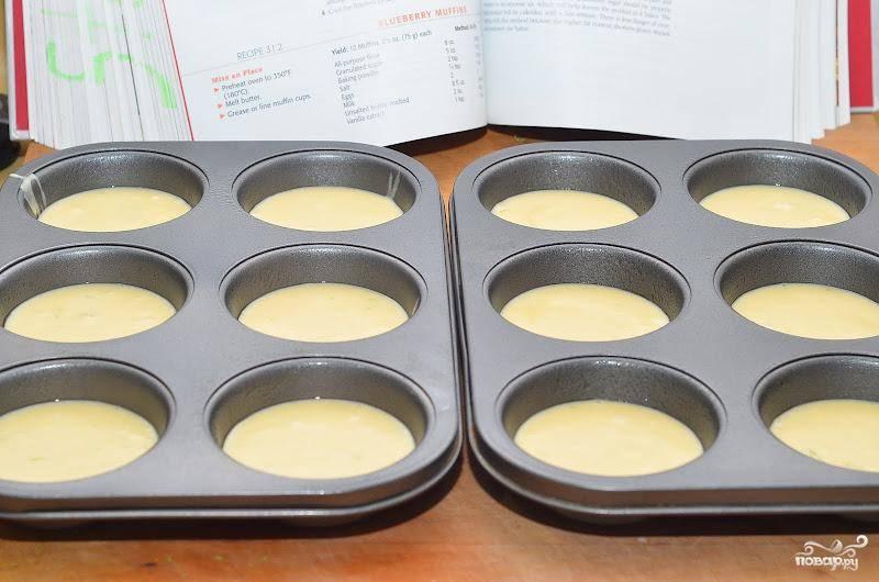 Получившуюся смесь заливаем в формочки для маффинов.
