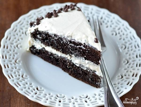 5. Осталось только перемазать коржи кремом и оставить тортик на пару часов, чтобы пропитался. Перед подачей вы можете украсить шоколадный торт с творожным кремом в домашних условиях крошкой шоколада или свежими ягодами, например.  Приятного чаепития!