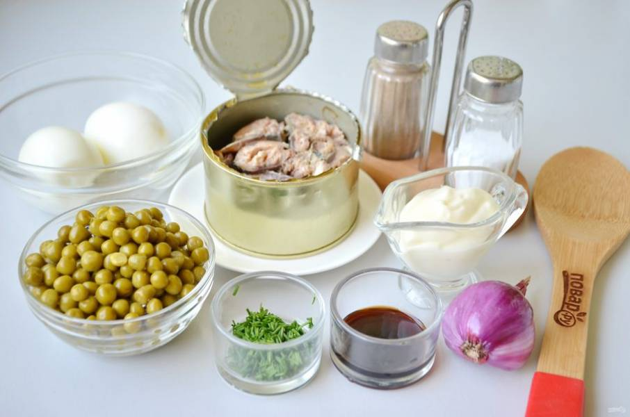 1. Подготовьте продукты согласно списку. Отварите яйца, остудите и очистите от скорлупы. Откройте консервы, слейте всю жидкость.