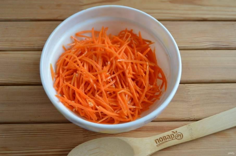 Перемешиваем. Перед подачей на стол дайте морковке постоять в холодильнике примерно 2-3 часа.