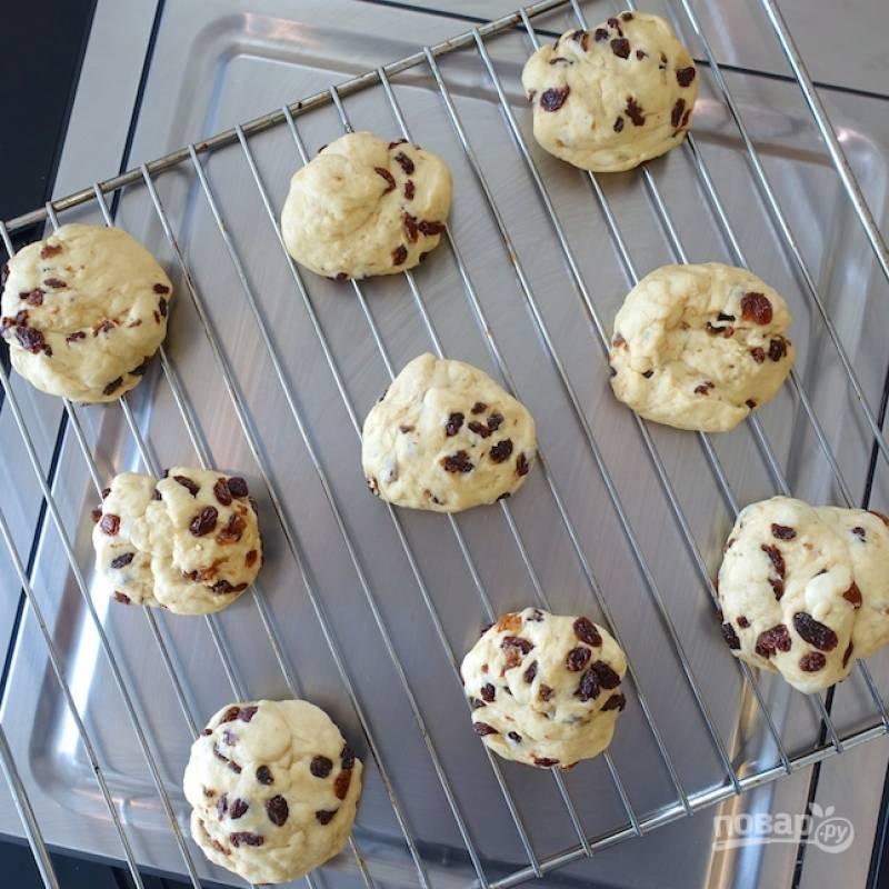 7.Скатайте небольшой шарик и выложите на решетку для духовки. Оставьте булочки еще на 15 минут.