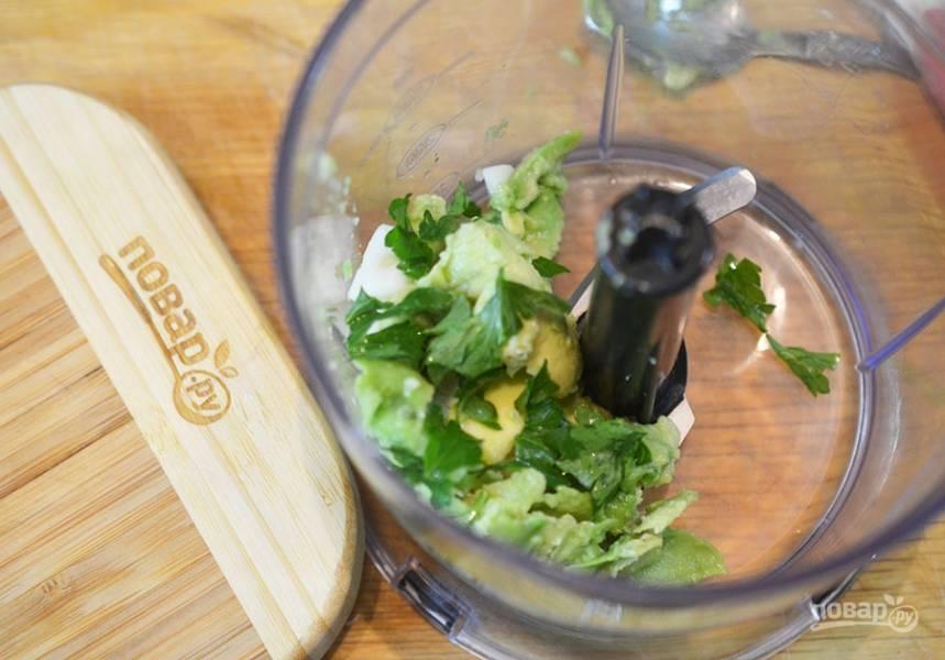 В чашу блендера сложить мякоть авокадо, базилик, йогурт, лимонный сок, чеснок