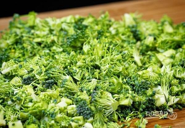 1. Первым делом вымойте, обсушите и измельчите брокколи. Удивительно, но в сыром виде ее также можно использовать — и будет очень классно!