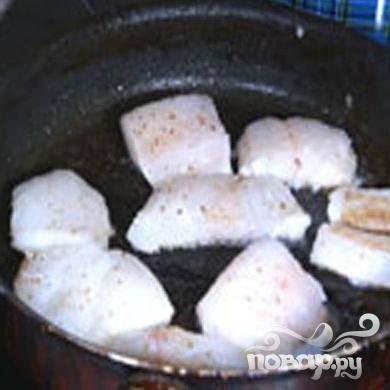 2.Хорошо разогреваем сковороду, вливаем немного растительного масла и примерно по одной минуте с каждой стороны обжариваем кусочки рыбы.