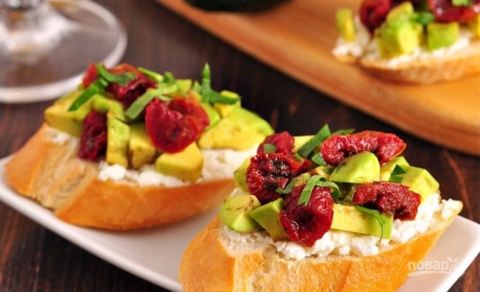 4. Выложите сверху авокадо и помидоры, по желанию, посолите, поперчите и украсьте свежей зеленью. Приятного аппетита!
