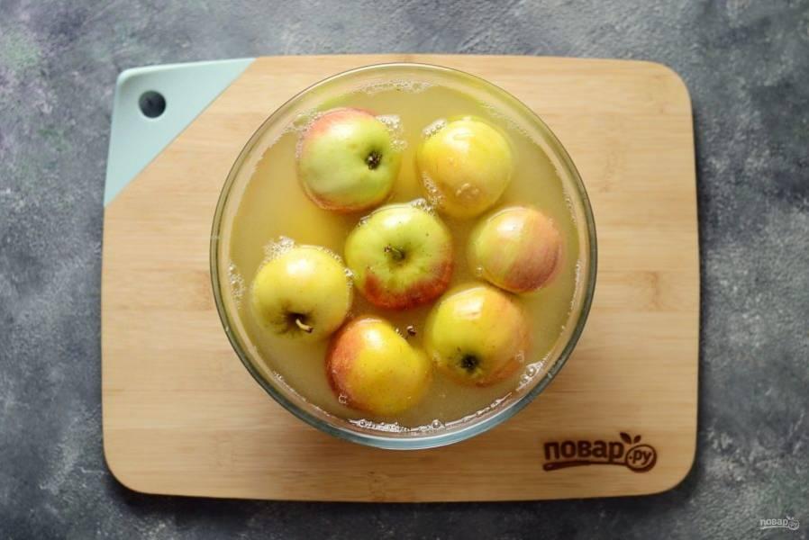 Залейте горячий маринадом яблоки. Поставьте сверху груз, чтобы яблоки были полностью покрыты маринадом. Оставьте на 3 недели при комнатной температуре.