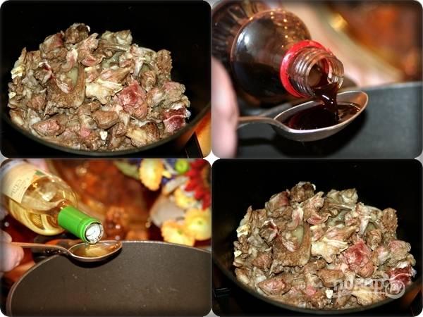 4. В сотейник с толстым дном или казан выложите мясо, предварительно разогрев его как следует. Добавьте сливочное масло. Минут через 5 влейте соевый соус и вино. Посолите и поперчите по вкусу. Жарьте минут 15 на среднем огне.