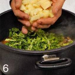 Добавить капусту, картошку и готовить еще 15 мин . Достать из кастрюли луковицу с гвоздикой и букет гарни. У куриных ножек снять с кости мясо и разобрать на волокна. Добавить в суп куриное мясо и зеленую фасоль, готовить 5 мин.