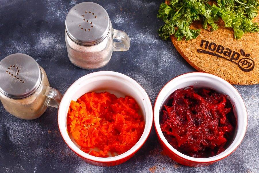 Очистите от кожуры отварные овощи, промойте в воде. Морковь и свеклу натрите на терке с мелкими ячейками в разные емкости. Затем посолите и вмешайте майонез.