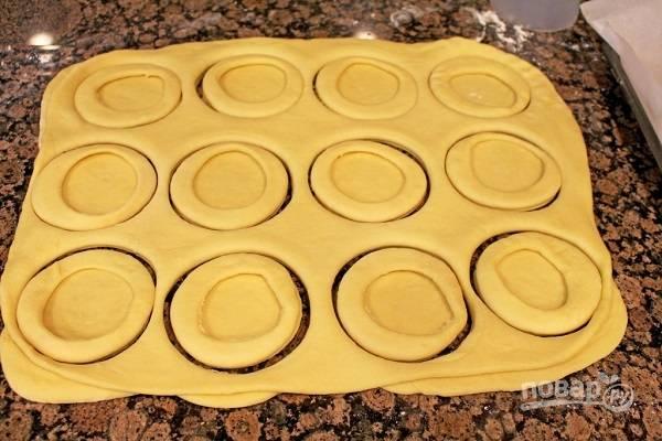 15. Теперь вырежьте булочки по кружочкам большего размера.
