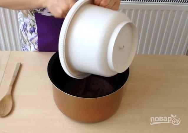7.Чашу мультиварки смажьте сливочным маслом, вылейте в неё тесто. Выпекайте в режиме «Выпечка», время — 50 минут.