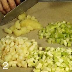 Картофель отварить в мундире, очистить.     Яблоко очистить от кожицы и сердцевины. Огурец и сельдерей вы мыть. Нарезать картофель, яблоко, огурец и сельдерей кубиками. Положить в миску и перемешать.