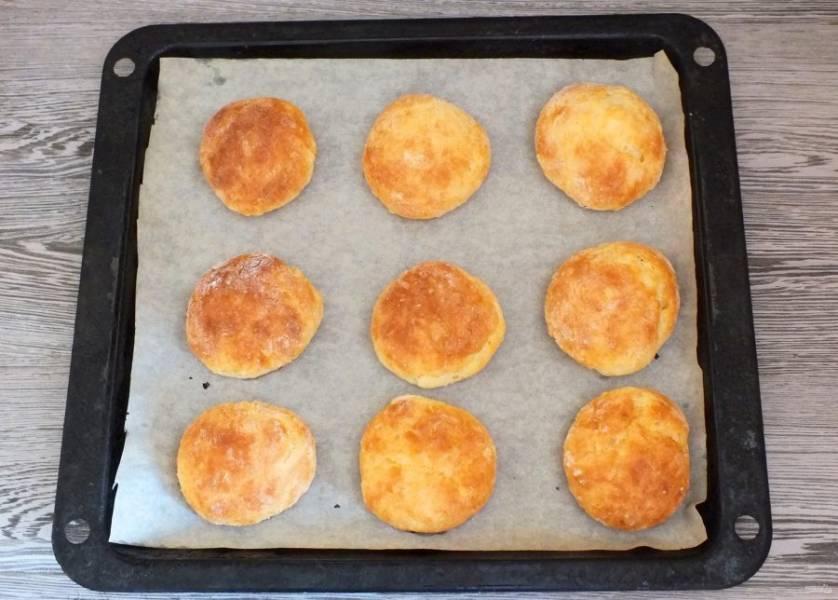 По истечении времени достаньте готовое печенье из духовки. Оставьте его на противне минут на 15.