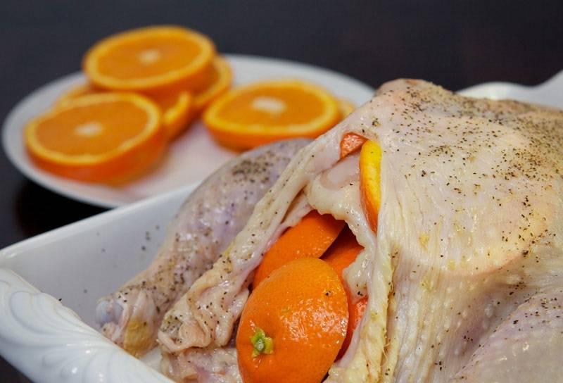 6. Заполните серединку ломтиками апельсина.