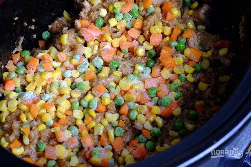 За 10 минут до готовности положите в чашу замороженные овощи, перемешайте, выждите необходимое время и затем пробуйте.