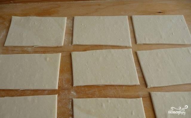 Тесто размораживаем и раскатываем ровненьким слоем. Разрезаем его на квадратики, как на фото. Основа готова.