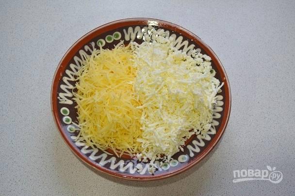 3. Натрите на терке сыр, по желанию добавьте чеснок.