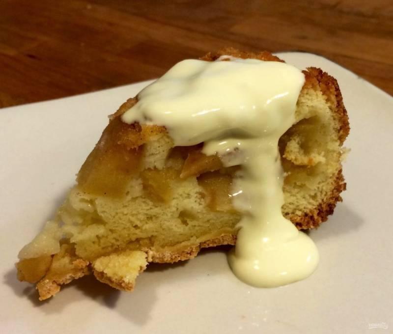 6.Готовый пирог перед подачей на стол остудите, затем нарежьте кусочками и по желанию полейте сливочным кремом.
