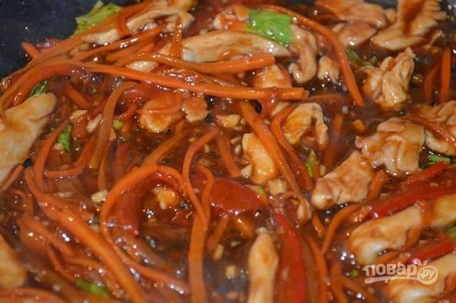 Измельченный чеснок и зелень сельдерея, перемешайте, влейте соус и готовьте еще 1 минуту.