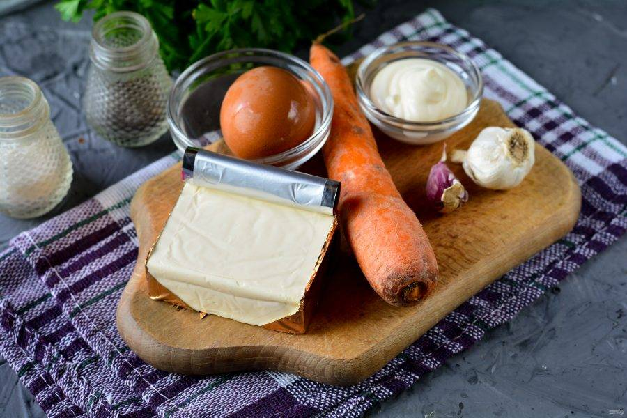 Подготовьте ингредиенты для приготовления еврейского салата с морковью.