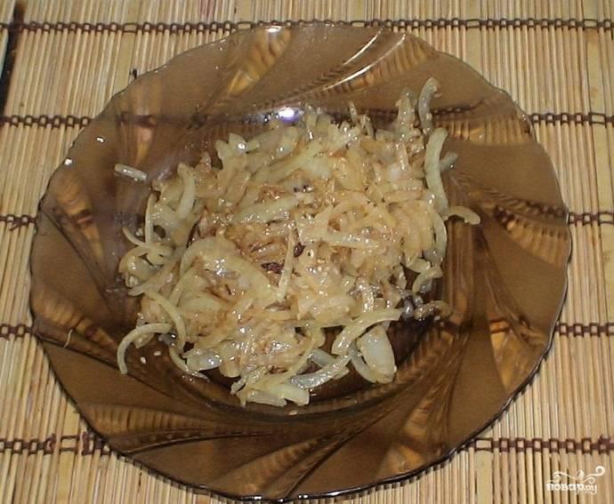 4.Луковицу очищаем и нарезаем кусочками. Сковороду ставим на огонь и обжариваем на ней лук с добавлением кунжута.