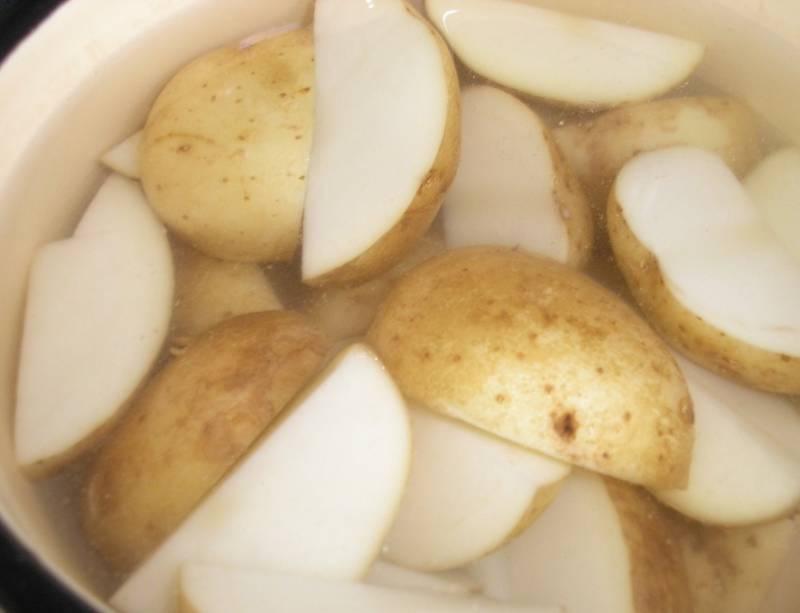 Картофель отварите  до полуготовности.