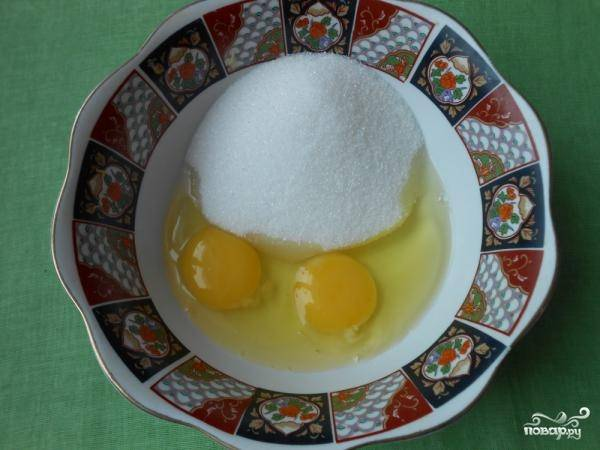4. В отдельной мисочке соедините яйца со щепоткой соли, сахаром и ванилином для аромата.