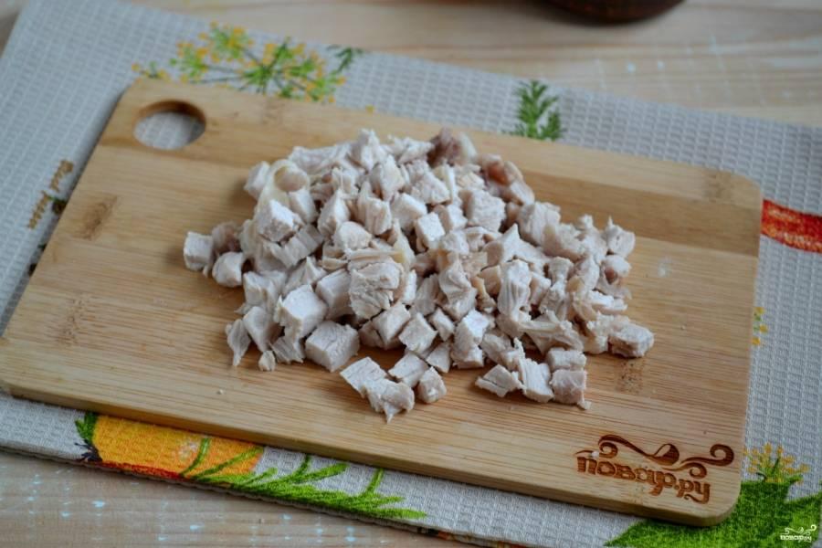 Куриное филе порежьте кубиками, того же размера, что и крабовые палочки.