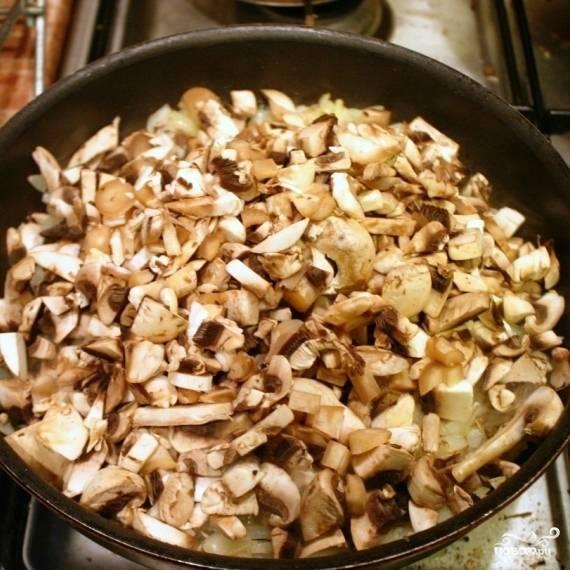 Когда лук станет золотистым - добавляем грибы.