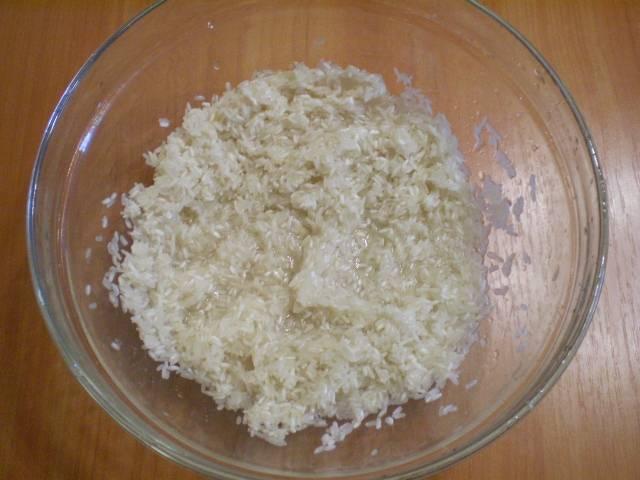 Рис перебрать, промыть до чистой воды.