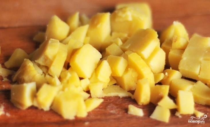 4.Отварной картофель очистите от кожуры. Порежьте на небольшие по размерам кусочки, примерно соизмеримые со свеклой и морковью.