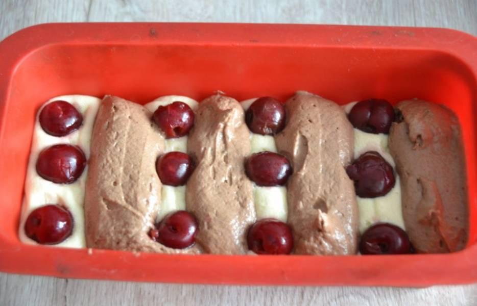 Выложите тесто в форму для запекания, не смешивая слои белого и шоколадного теста, между слоями выложите вишню. Тесто можно выкладывать разными способами, главное — не смешивать слои.