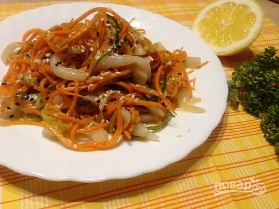 Перед подачей к столу можно посыпать салат обжаренным кунжутом.