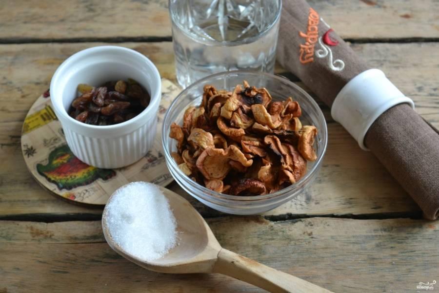 Подготовьте необходимые продукты. Сухофрукты и изюм хорошенько промойте. Если сухофрукты пересушены, замочите их в тёплой воде на 15 минут.