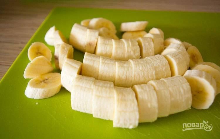 Бананы почистите и нарежьте кружками.