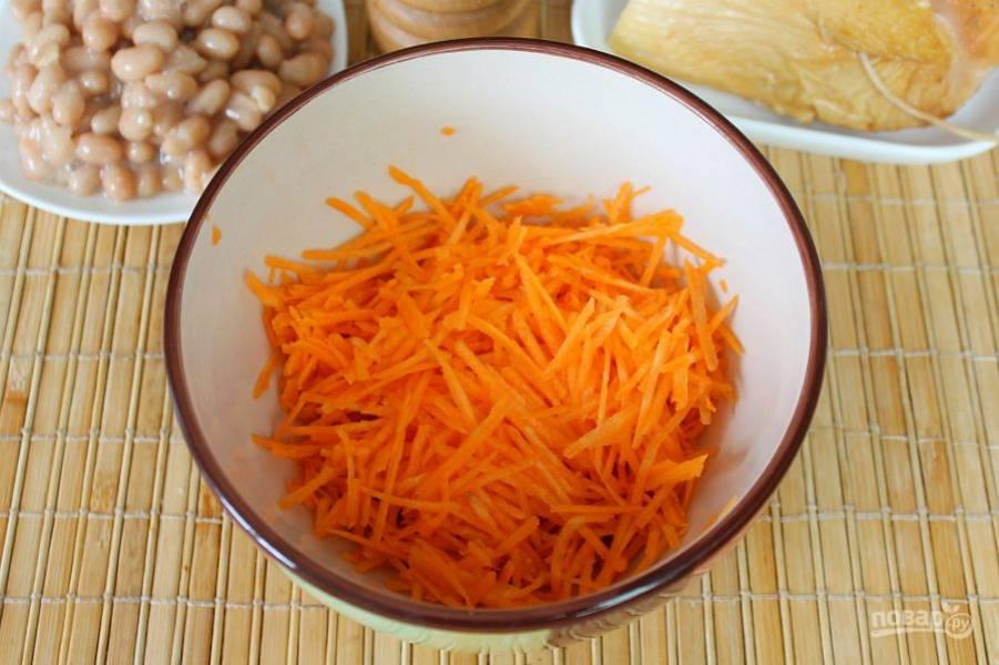 Морковь трем на терке и высыпаем в пиалу.