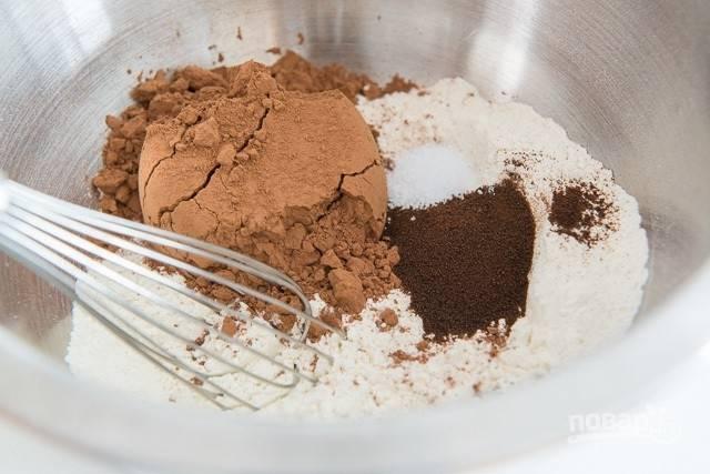 1. Для начала в глубокой миске соедините какао, эспрессо, муку и соль.