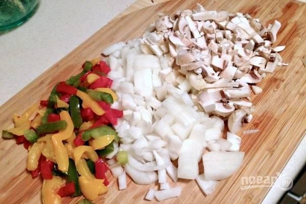 Пока жарится мясо, почистите, промойте и нарежьте все овощи.