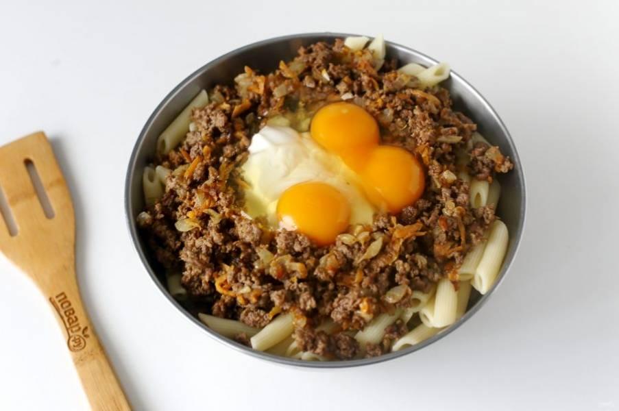 Затем добавьте сметану, яйца и соль по вкусу.