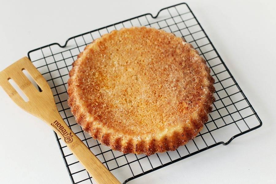 Манник с тыквой и творогом готов. Аккуратно достаньте пирог и остудите его на решетке.
