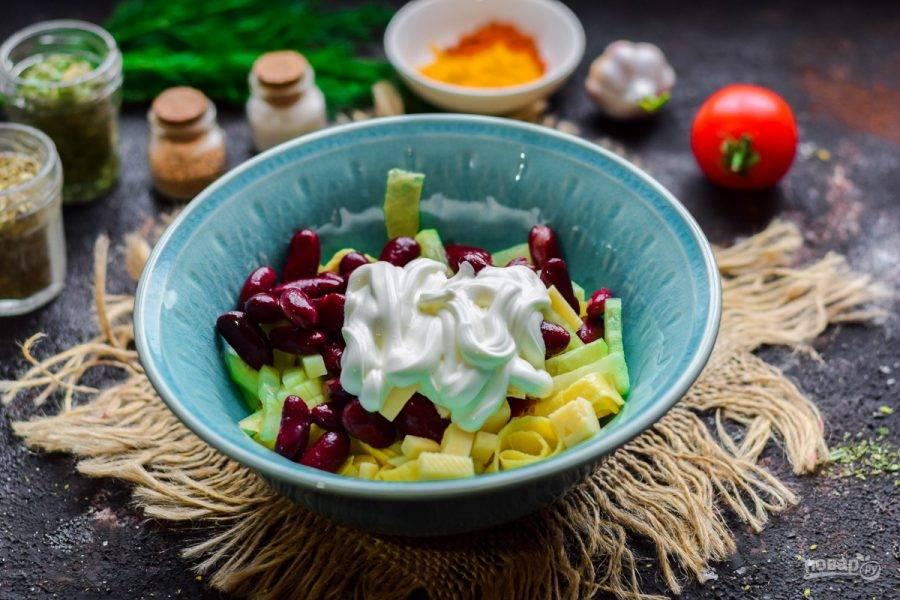 Заправьте салат майонезом или сметаной, добавьте соль, перец, перемешайте и подавайте к столу.