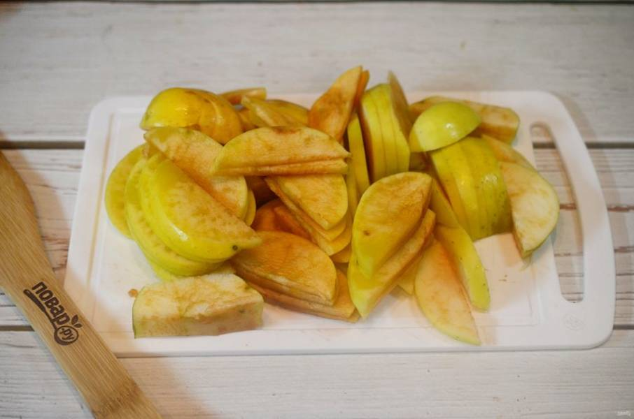 4. Яблоки нарежьте дольками.