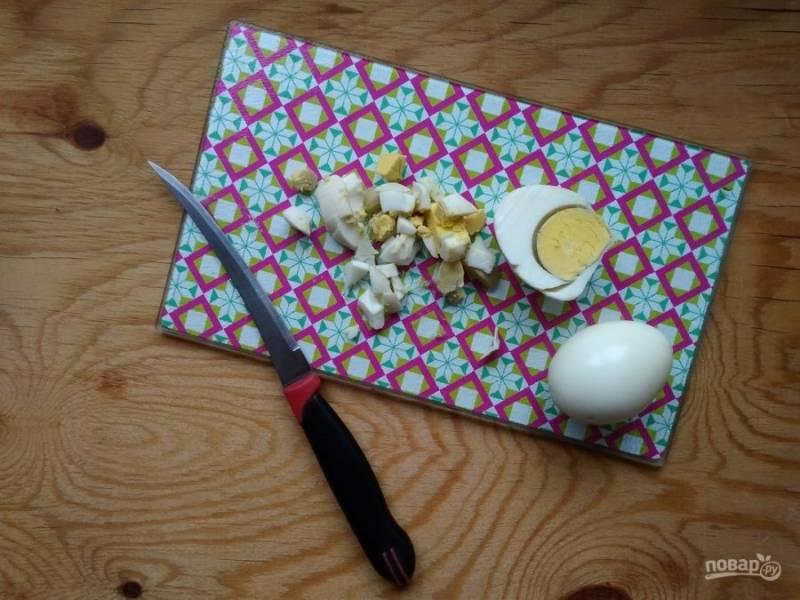 3. Также сварите яйца вкрутую. Потом нашинкуйте их кубиками.