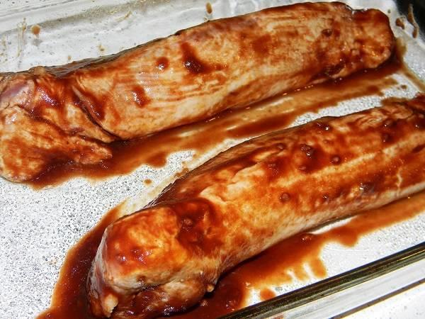 6. Смазать мясо небольшим количеством соуса и отправить в предварительно разогретую духовку на 10-12 минут. Чтобы свинина в гранатовом соусе в домашних условиях была сочной ее необходимо смазывать соусом в несколько этапов. Часть соуса можно оставить для подачи мяса к столу. Такое блюдо подойдет к любому гарниру и овощам.