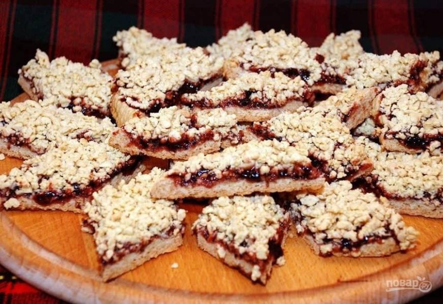 9.Достаньте пирог из духовки и остудите немного, затем нарежьте кусочками.