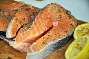 Добавляем специи, натираем ими рыбу. Присыпаем стейки солью и выжимаем на рыбу лимонный сок. Оставляем на 10 минут, чтобы пропиталось.