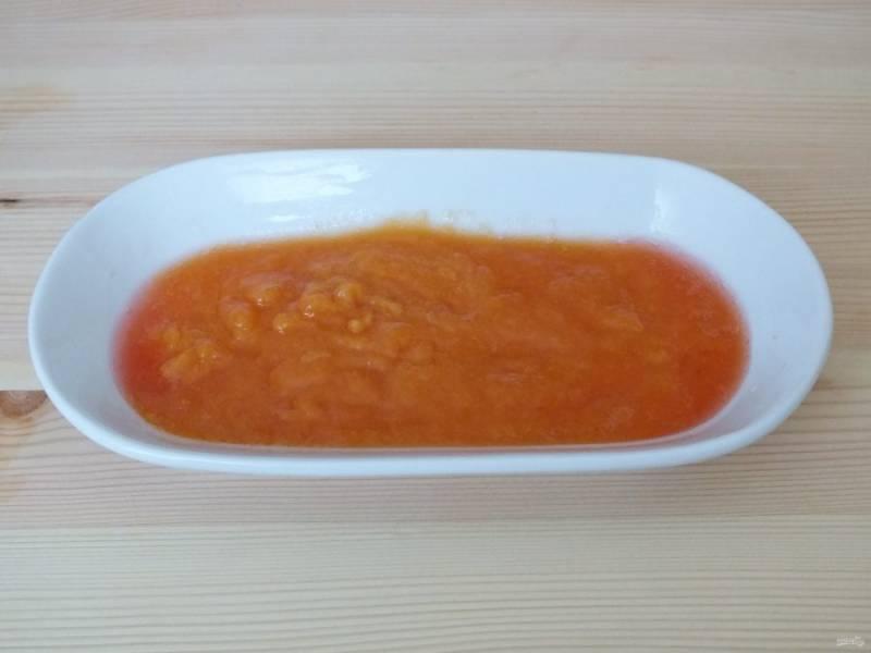 Протрите персики через мелкое сито, должно получиться 65-75 грамм пюре. Отставьте в сторону.