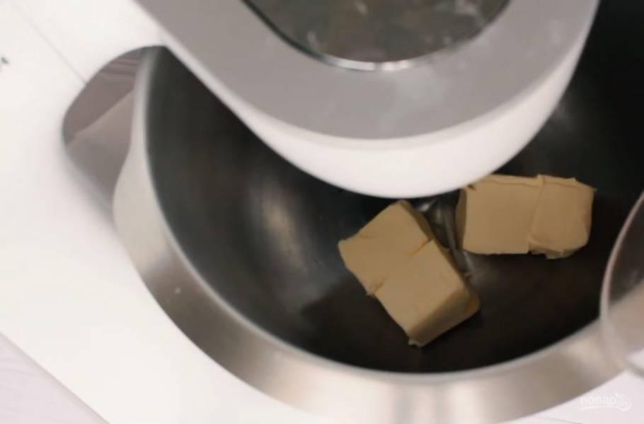 4. Всех получившихся зайцев снова сложите в форму, плотно прижмите друг к другу. Приготовьте светлое тесто: размягченное сливочное масло перетрите с сахаром с помощью миксера.