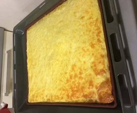 4. Когда сырный корж подрумянился, противень можно достать из духовки.