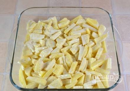 Выложите картошку в жаропрочную посуду.